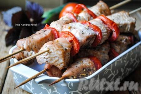 Вкусный, сочный и ароматный шашлык из индейки готов. Подавать в горячем виде с любимыми соусами, овощами и зеленью.