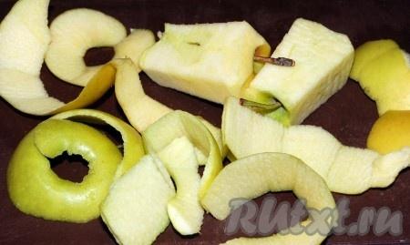 Яблоки очистить от кожуры и нарезать небольшими кусочками.