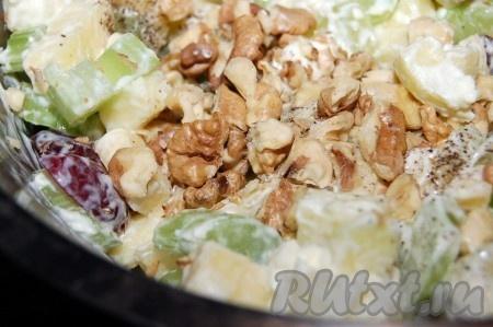 Добавить грецкий орех. Перед добавлением в салат грецкий орех желательно на 1 минуту отправить в микроволновку, он приобретет более насыщенный вкус и легче очистится от пленки.