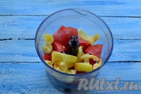 Болгарские перцы, очищенные от семян, и помидоры нарезать, поместить в чашу блендера.