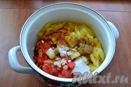 Добавить перец в кастрюлю к остальным продуктам. Сюда же всыпать соль, сахар, хмели-сунели, острый молотый перец, нарезанный чеснок.