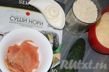 Подготовить продукты для приготовления запеченных роллов. Огурец вымыть и нарезать на длинные брусочки. Сыр натереть на мелкой тёрке.