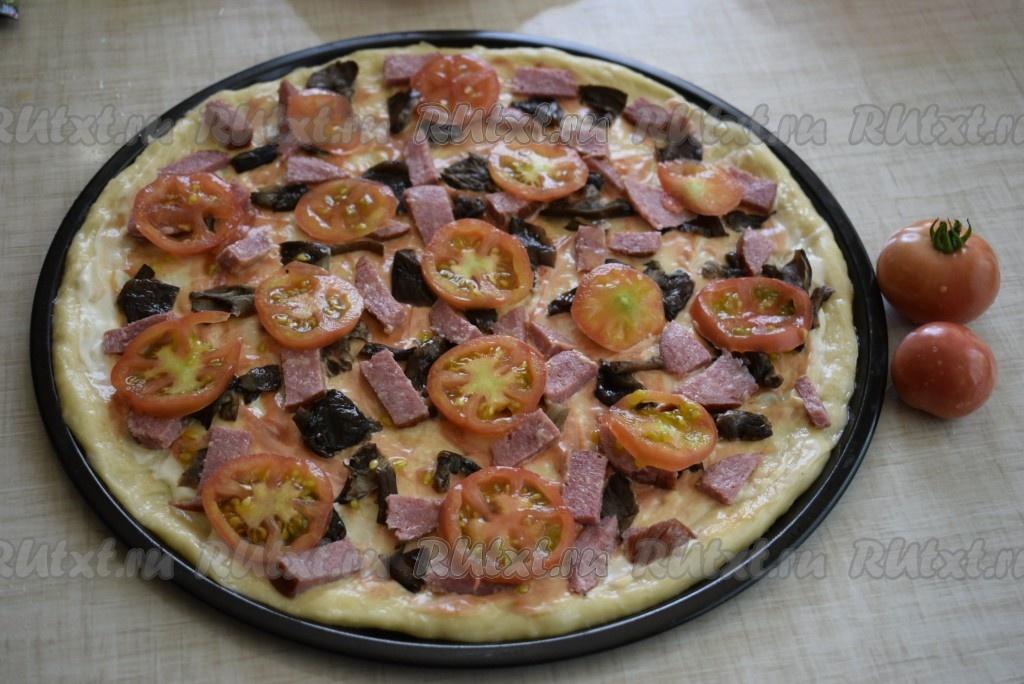 Рецепт пиццы с колбасой и сыром и помидорами с грибами