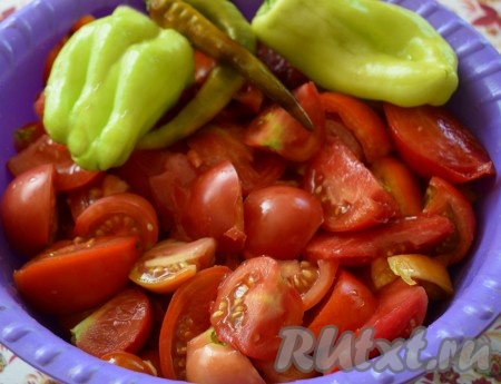 Вымыть овощи. Помидоры нарезать на дольки, болгарский перец очистить от семян, острый перец освободить от плодоножки.