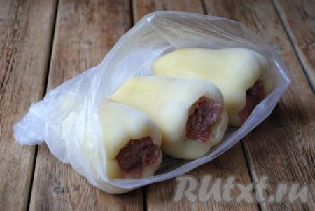 Пакет с перцами, фаршированными мясом и рисом, закрыть и отправить в морозильную камеру.Храниться перец, замороженный по этому рецепту, может до 6 месяцев.