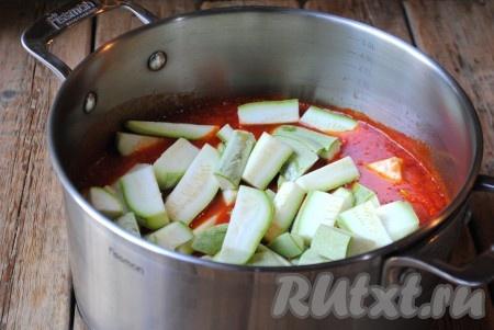 В томатную основу добавить кабачки. Готовить 20 минут на небольшом огне, периодически помешивая.