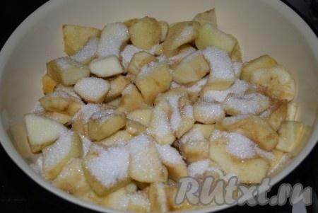Переложить яблоки в кастрюлю, в которой будет вариться пюре. Посыпать дольки сахаром, влить к яблокам воду и перемешать.