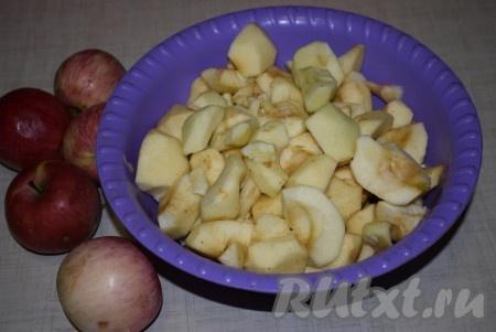 Обрезать битые места, очистить от шкурки и удалить сердцевину. Нарезать подготовленные яблоки на равные по размеру дольки.