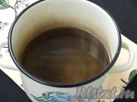 В слитую воду добавить сахар, довести до кипения и варить сироп до полного растворения сахара.{amp}#xA;