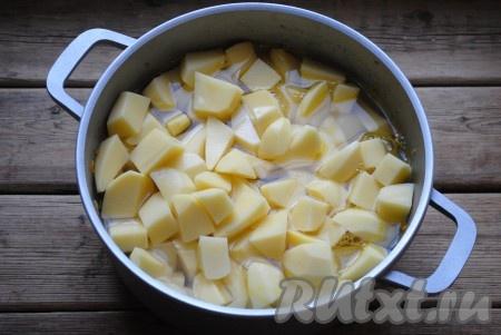 Залить водой. Вода не должна полностью покрывать картофель, как на фото.