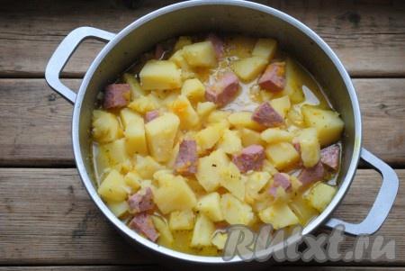 Перемешать и продолжить тушение до готовности картофеля, примерно, ещё 10 минут. Время приготовления будет зависеть от сорта картофеля.
