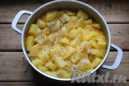 Не перемешивая, накрыть кастрюлю (или казан) крышкой и отправить на огонь, довести до кипения, затем огонь уменьшить и тушить картошку с колбасой 15-20 минут. Затем добавить соль, чёрный молотый перец и прованские травы.