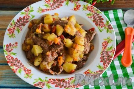 Вкусный и сочный тушеный картофель вместе с ароматной и нежной говяжьей печенью можно подавать на стол.