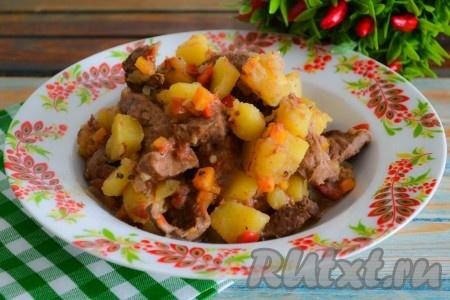 Минут за 5 до готовности картошки посолить, поперчить по вкусу и аккуратно перемешать.
