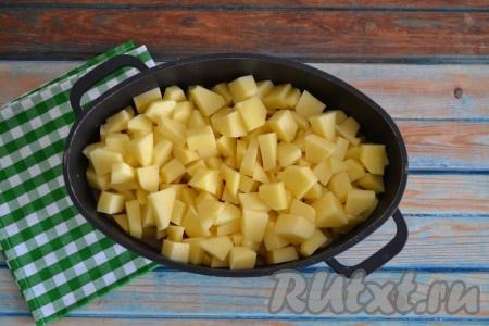 Очищенную картошку нарезать небольшими кубиками, выложить в казан, влить воду, закрыть крышкой и продолжить тушить картофель с овощами и говяжьей печенью на слабом огне 30-40 минут.