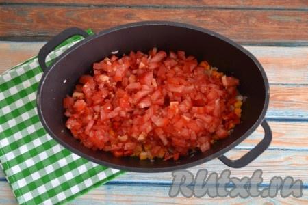 Сделать на коже каждого помидора крестовой надрез. Залить полностью помидоры кипятком на 1 минуту, затем слить воду и снять кожуру. Очищенные помидоры нарезать кубиками и выложит к луку, моркови и перцу.