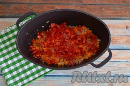 Болгарский перец, очищенный от семян и нарезанный кубиками, выложить к обжаренным овощам.
