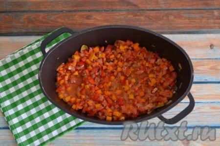 Добавить по вкусу соль и молотый черный перец, помешивая, потушить на слабом огне 5-7 минут.