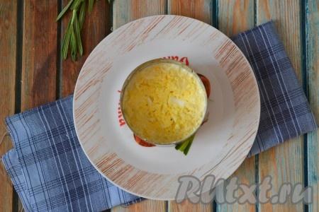 В формовочное кольцо выложить небольшую часть смеси сыра с чесноком, затем разложить измельченные яйца, смешанные с майонезом.