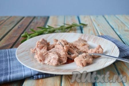 Также размять вилкой и печень трески.