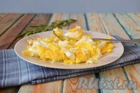 Яйца отварить вкрутую, остудить, очистить и также размять вилкой в мелкую крошку (один желток оставить для украшения салата). Затем добавить майонез и тщательно перемешать.