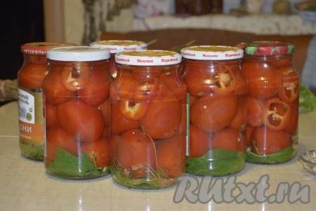 Наполняем подготовленные банки помидорами, периодически добавляя перчик в промежутки между помидорами. Кипятим воду и заливаем содержимое банок кипятком. Прикрываем крышками и оставляем на 20-25 минут.