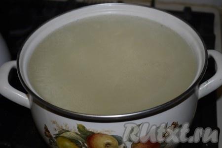 Сливаем воду через сито, чтобы не потерять перчик и чесночок, определяем полученный объем. На 1 литр жидкости добавляем 3 столовые ложки соли под нож, 3 столовые ложки сахара, 3 столовые ложки 9% уксуса. На 1 трех литровую банку в среднем уходит 1 литр рассола. Если вы закрываете одно и двухлитровые банки, то делайте рассол с теми же пропорциями, только рассола вам на такую банку понадобится меньше. Доводим рассол до кипения и кипящим рассолом заливаем помидоры в банках.