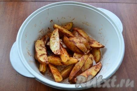 Влить растительное масло и хорошо картофель перемешать. Влить немного кипятка.