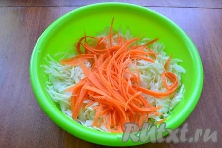 Капусту тонко нашинковать, добавить морковь, натертую на корейской терке.