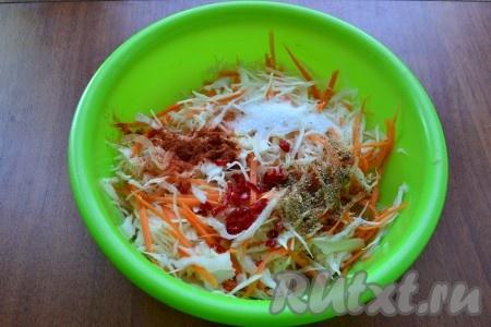 Далее всыпать к капусте сахар и соль, влить уксус и растительное масло, добавить кориандр, паприку и измельченный перец чили.{amp}#xA;