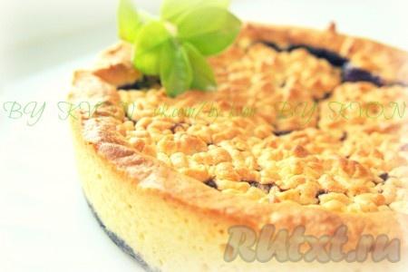 Выпекать тёртый пирог с черникой в предварительно разогретой духовке при температуре 180 градусов в течение 30 минут.