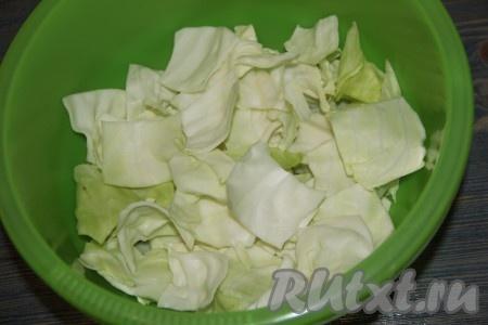 Капусту нарезать на крупные квадраты. Выложить капусту в большую миску.