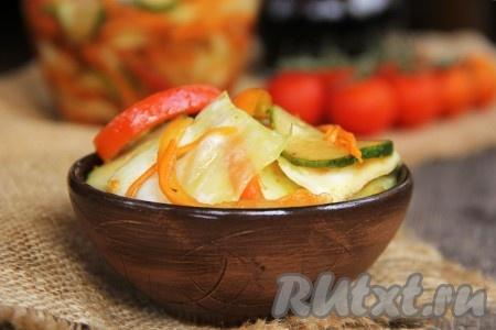 По истечении суток наивкуснейший корейский салатик можно подавать к столу или переложить в стеклянную банку, закрыть крышкой и поставить в холодильник. Хранить такой салат можно в холодильнике в течение 7 суток. Вот такой яркий, аппетитный и вкусный получился салатпо-корейски из капусты и моркови.