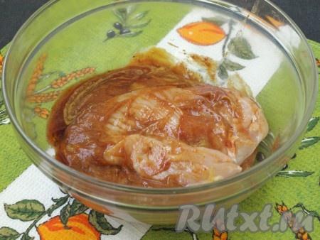 Затем каждое филе смазать подготовленным маринадом.