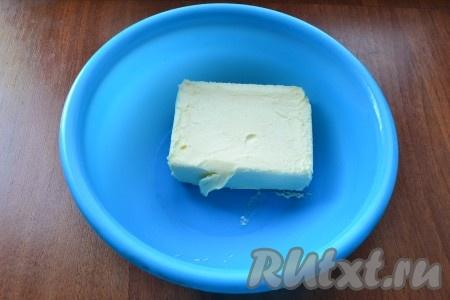 Оставить сливочное масло при комнатной температуре на 1-1,5 часа (оно должно стать мягким).