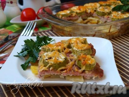 Подавать вкуснейшую картошку с фаршем и кабачками, приготовленную в духовке, можно сразу же. Дополнить блюдо можно салатом из свежих овощей и зеленью.