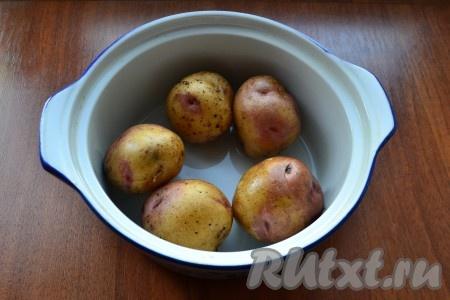 Каждую картофелину проколоть вилкой в нескольких местах и поместить в небольшую кастрюльку или миску, пригодную для СВЧ. Влить горячую воду.