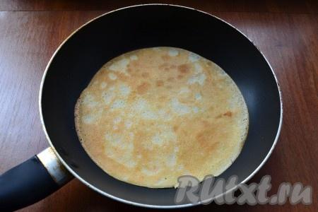 Блины жарить на разогретой сковороде (перед выпеканием первого блина сковороду нужно смазать растительным маслом) обычным способом - до румяности с двух сторон.