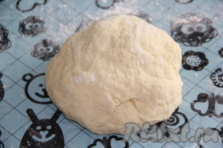 Как только тесто соберётся в шар, переложить его на силиконовый коврик или на стол, припылить мукой и вымесить. Тесто получится мягким, нежным и слегка липнущим.