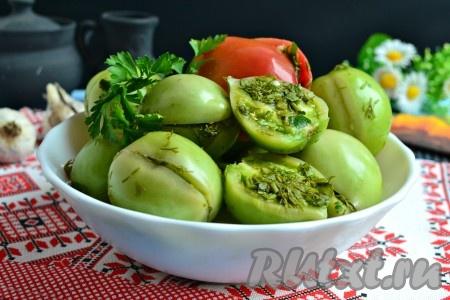 Оставить помидоры для квашения при комнатной температуре на 3-5 суток. Если в кухне будет довольно тепло, помидоры быстрее будут готовы. Также, быстрее зеленых квасятся бурые помидоры. Далее готовые вкуснейшие зеленые помидоры, приготовленные с чесноком по-армянски, переложить из кастрюли в банку, залить рассолом, закрыть пластиковой крышкой и хранить в прохладном месте. У меня такие помидоры, если квашу большую кастрюлю, прекрасно хранятся на балконе до Нового года.