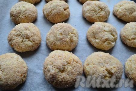 Выпекать творожно-яблочное печенье в предварительно разогретой до 180 градусов духовке 25-30 минут.