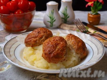 Вкусные, аппетитныекотлеты из рыбного фарша, приготовленные в духовке, подать с картофельным пюре.