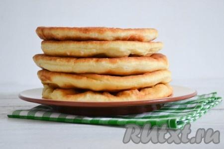 Пышные и нежные, мягкие и душистые лепешки, замешанные на молоке, можно есть горячими, со сковороды, но и в остывшем виде они не менее вкусны.