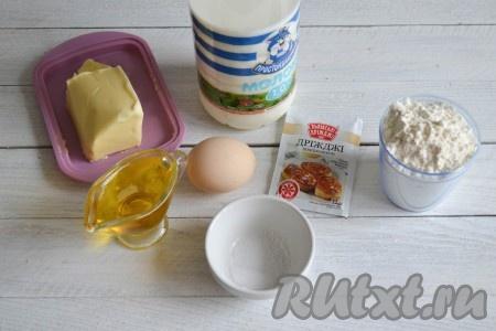 Подготовить необходимые ингредиенты для приготовления дрожжевых лепешек на молоке на сковороде. Все продукты должны быть комнатной температуры.