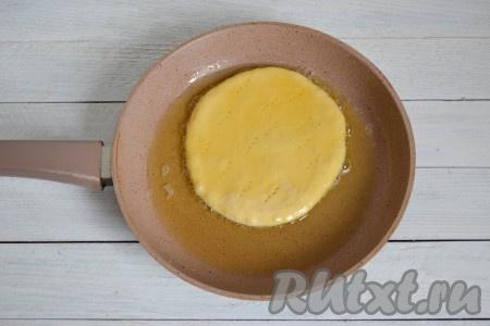 Когда все лепешки будут раскатаны, хорошо разогреть сковороду с растительным маслом. Снизить огонь к минимуму и выложить на неё первую заготовку.