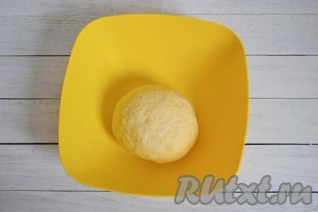 Когда месить тесто будет уже тяжело, выложить тесто на стол и продолжить вымешивать до того момента, пока не войдет вся мука. Если тесто начнет приставать к столу, немного смажьте его растительным маслом и вымешивайте еще 5-7 минут. Тесто для лепешек должно стать мягким, как детский пластилин.