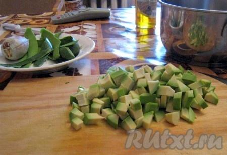 Авокадо очистить от кожуры, извлечь косточку и порезать мякоть кубиками.