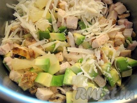 Соединить авокадо, ананас, курицу, добавить тёртый пармезан.
