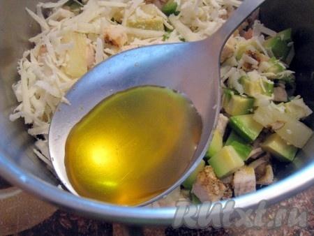Заправить салат с авокадо и курицей полезным растительным маслом, я использовала масло зародышей пшеницы.