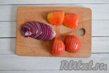 Вымыть лук, помидоры и перец (из перца удалить семена и плодоножку), нарезать тонкими полукольцами.